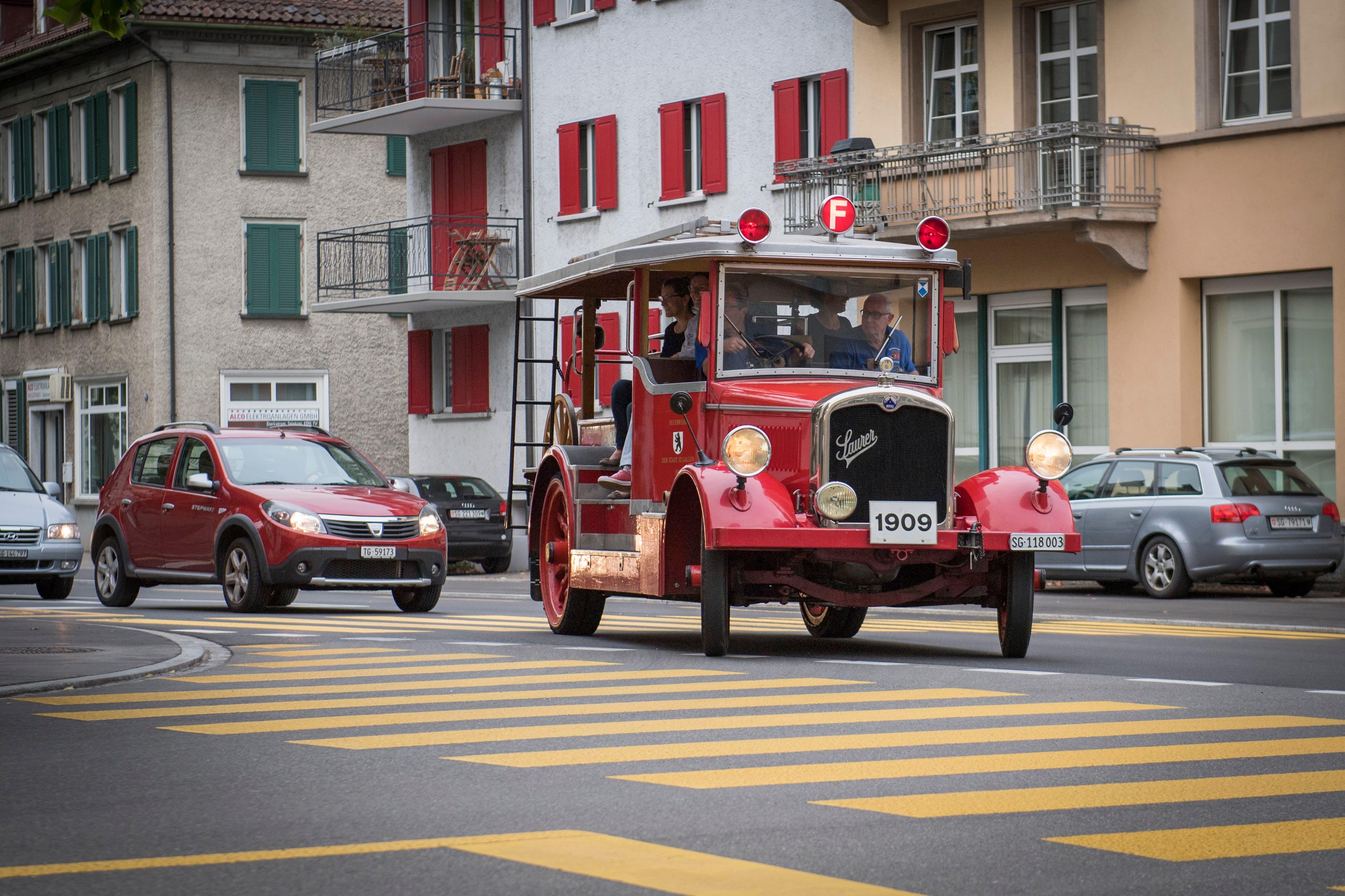 Die rote Helene auf der Kreuzung Burg- und Vonwilstrasse vor dem neuen Feuerwehrmuseum. (Bild: Urs Bucher)