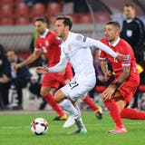 Otar Kakabadze (in Weiss) in einem Länderspiel für Georgien, verfolgt von Serbiens Aleksandar Kolarov. Bild: Nebojsa Parausic/Imago (Belgrad, 9. Oktober 2017)