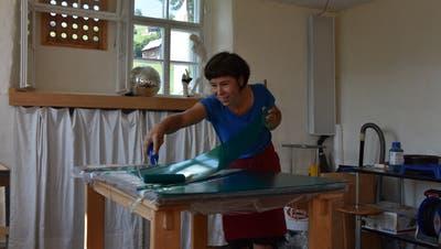 Manuela Langer färbt die Kunststoffstücke mit lichtdurchlässiger Farbe ein. Deren Montage am Kran wird eine Woche dauern. (Bild: Anina Rütsche)