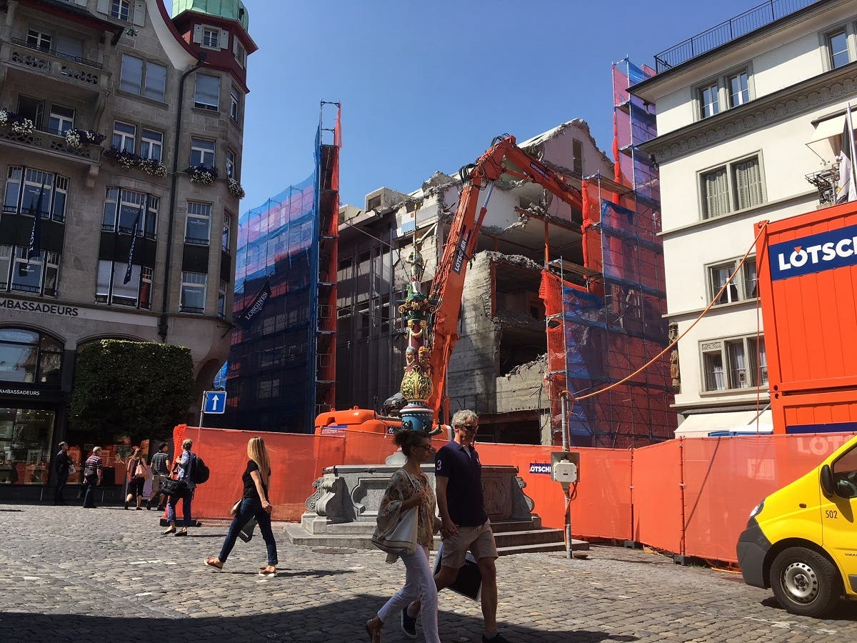 Die Gebäude in der Umgebung werden durch eine Schutzwand abgeschirmt.