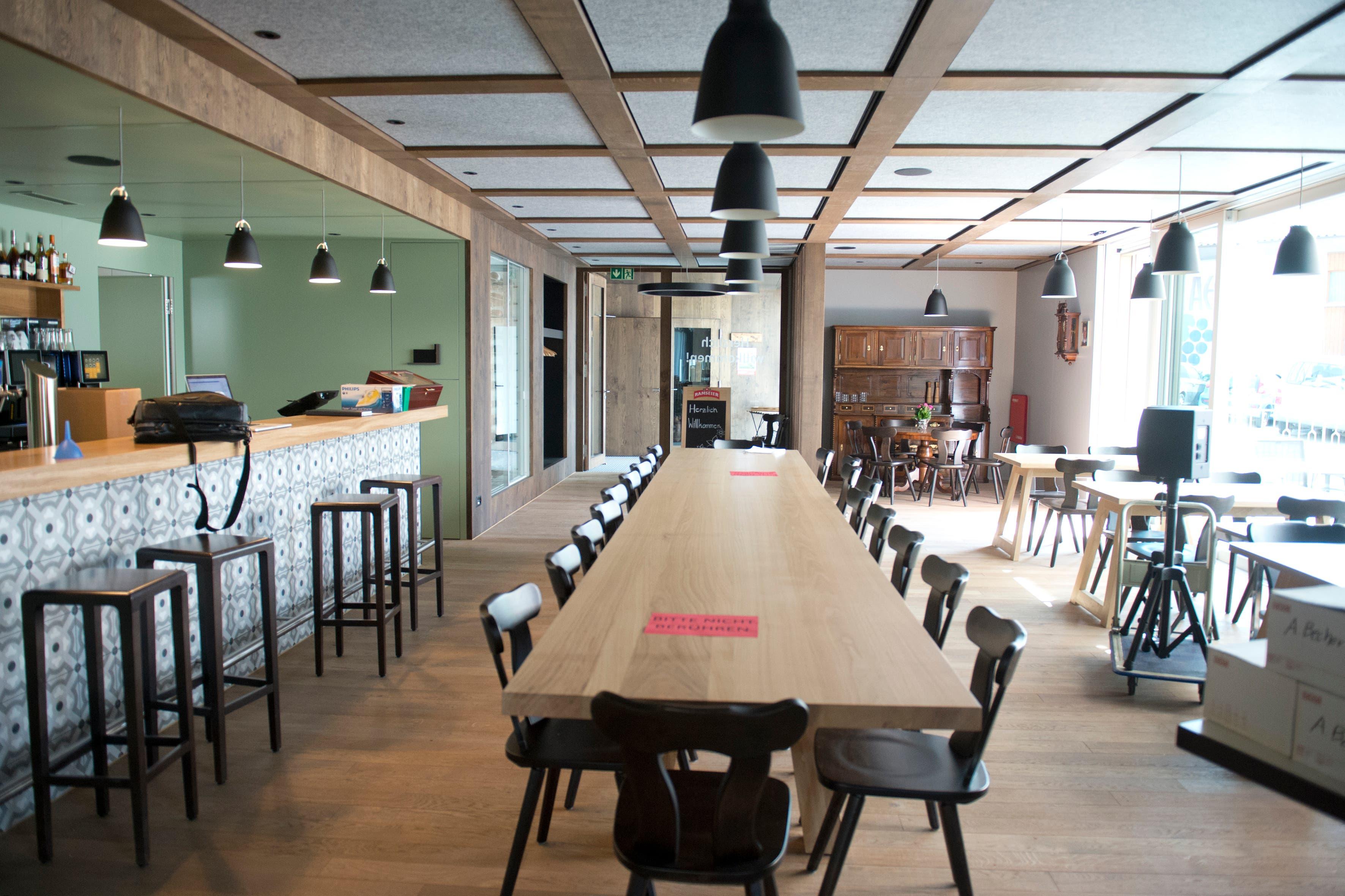 Der Schankraum mit der Bar (links) und dem Stammtisch aus Walchwiler Holz. (Bild: Maria Schmid ( Walchwil, 28. August 2018 ))