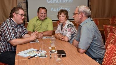 Wolfgang Gritsch (links) und Ursula Schweizer kandidieren für den Schulrat Gams. Beim von der SVP organisierten Anlass am Dienstag kamen sie mit Wählern ins Gespräch. (Bild: Heini Schwendener)
