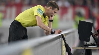 Bald könnten die Schiedsrichter in der Schweiz Rücksprache halten mit dem Video-Assistenten. (Bild: Imago)