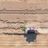 Mähen in der Hitze:Ein Mähdrescher fährt über ein Getreidefeld im deutschen Niedersachsen. (Bild: Keystone)