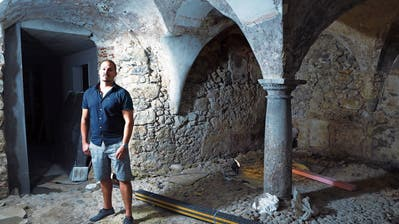 «Fischerstube»-Besitzer André Bliggenstorfer im alten Gewölbekeller des Altstadthauses. Auch dieser Keller wird zur neuen Bar gehören. Bild: Werner Schelbert (Zug, 3. August 2018)