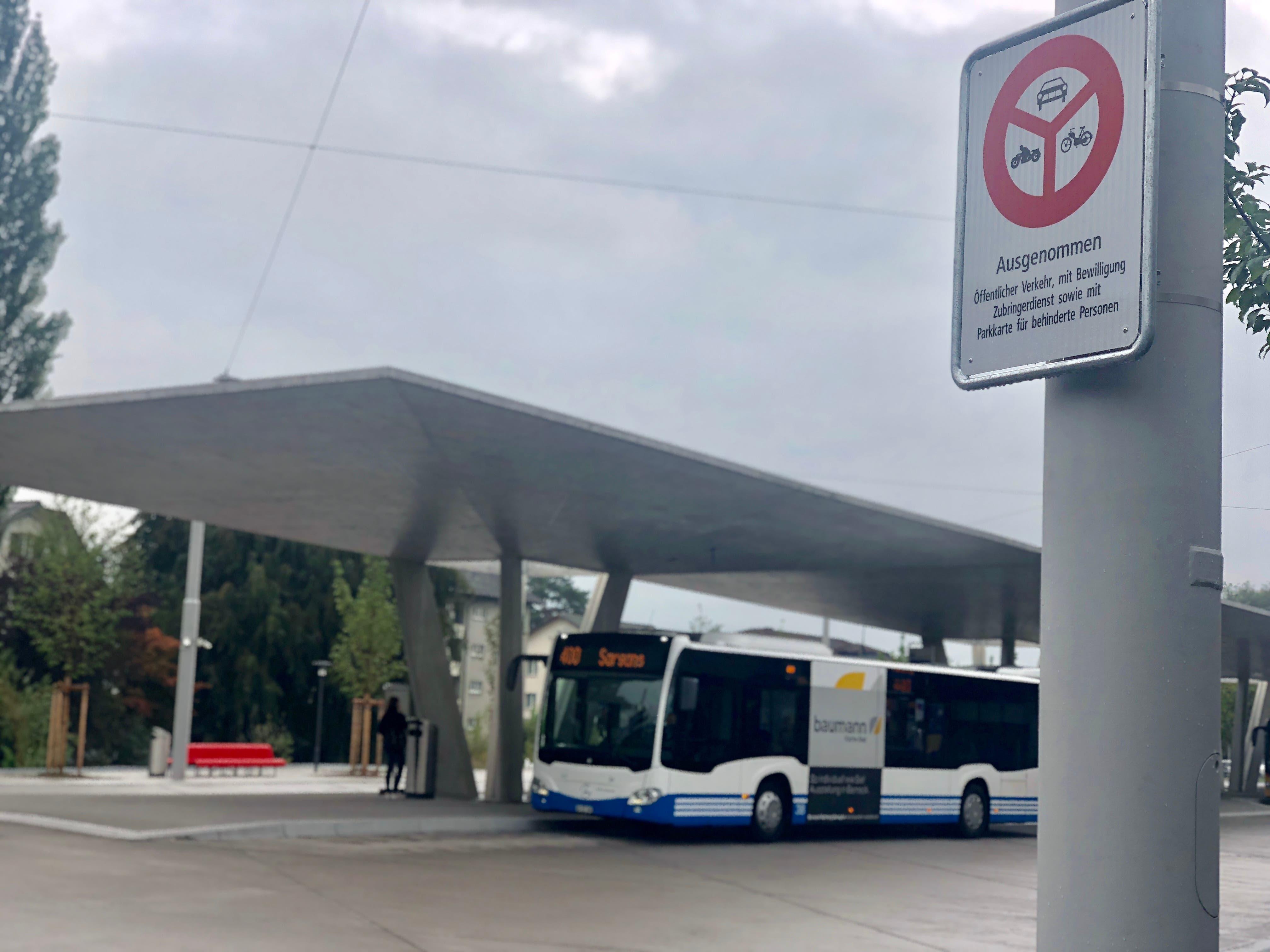 Zugang hat nur der Öffentliche Verkehr, Fahrzeuge mit Bewilligung, Zubringerdienst sowie Fahrzeuge mit Parkkarte für behinderte Personen. (Bild: Jessica Nigg)