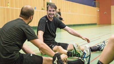 Chef und Mitspieler in Personalunion: St. Otmars Spielertrainer Bo Spellerberg während der Saisonvorbereitung im Kreis seiner neuen Mannschaftskollegen. (Bild: Mareycke Frehner)