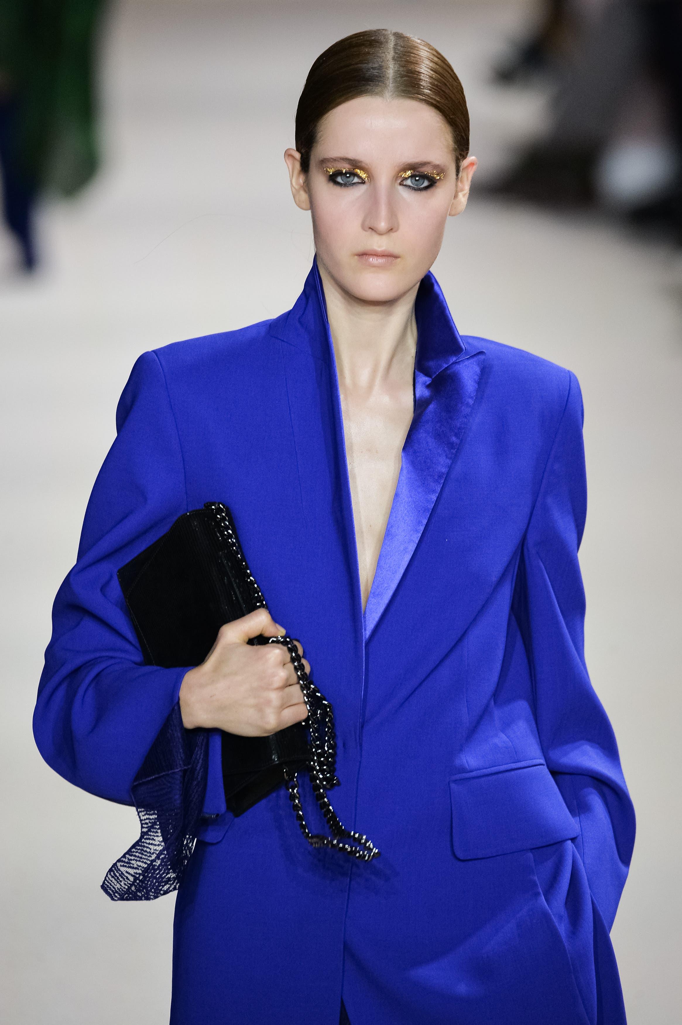 Leuchtendes Blau bei Akris.