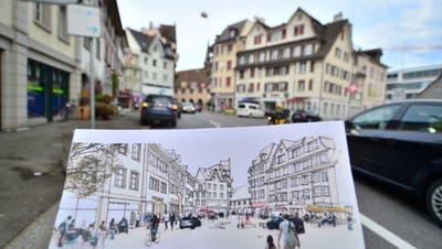 Auf dem Marktplatz soll es künftig weniger Autos und mehr Menschen haben. (Bild: Max Eichenberger)