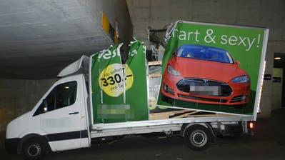 Fast jeden zweiten Monat blieb in den vergangenen zwei Jahren ein Lieferwagen in der Unterführunghängen. (Bild: Kapo TG)