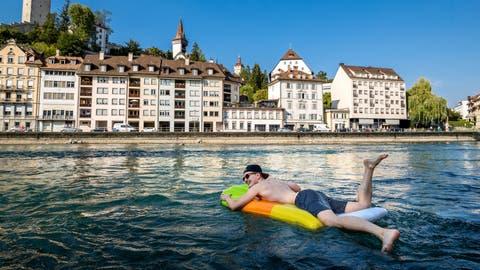 Markus Gisd lässt sich auf einer Luftmatratze die Reuss hinunter treiben. (Bild: Philipp Schmidli, 3. August 2018)