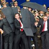 Sicherheitskräfte schützen Nicolás Maduro mit schusssicherenDecken. (Bild: Xinhua, Caracas, 4. August 2018)