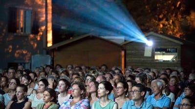 Die Besucher des Open-Air-Kinos verfolgen am ersten Abend im Innenhof des Staatsarchivs gebannt den Film. (Bild: Andreas Taverner)