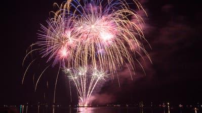 Besucher des Romanshorner Sommernachtsfest bestaunen das Feuerwerk. (Bild: Ralph Ribi, Romanshorn, 4. August 2018)