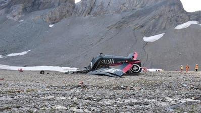 Die Absturzstelle des Oldtimer-Flugzeugs JU-52 liegt auf 2540 Metern Höhe am Piz Segnas. Die Bergungsarbeiten sind schwierig. (Bild: Kantonspolizei Graubünden)