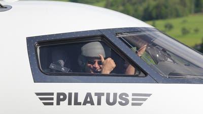 Chefpilot Reto Aeschlimann grüsst anlässlich des Erstflugs des PC-24 aus dem Cockpit. (Bild PD)