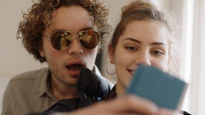 Die Geschwister Noah und Lena, gespielt von Francis Meier undZsofia Körös.