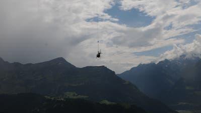 Der beschädigte Heli wird aus dem Gebiet geflogen. (Bild: Kantonspolizei Uri)