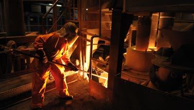 Ein Mitarbeiter entnimmt beim Pfannenofeneine Probe (Bild: Pius Amrein (Emmenbrücke, 27. April 2010)