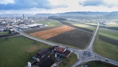 Wil West aus der Vogelperspektive. Zur Verkehrserschliessung sind unter anderem ein Autobahnanschluss und zwei Bahnhaltestellen (Frauenfeld-Wil-BahnFWB, Thurbo) geplant. (Bild: Hanspeter Schiess)