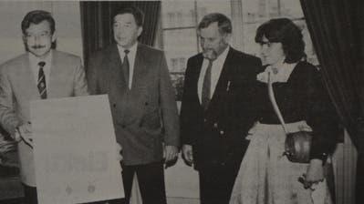 4. Juni 1988: Stadtschreiber Thomas Pallmann mit der Partnerschaftsurkunde, Stadtammann Hans Bachofner und Bürgermeister Lothar Held. (Bild: TZ-Archiv)