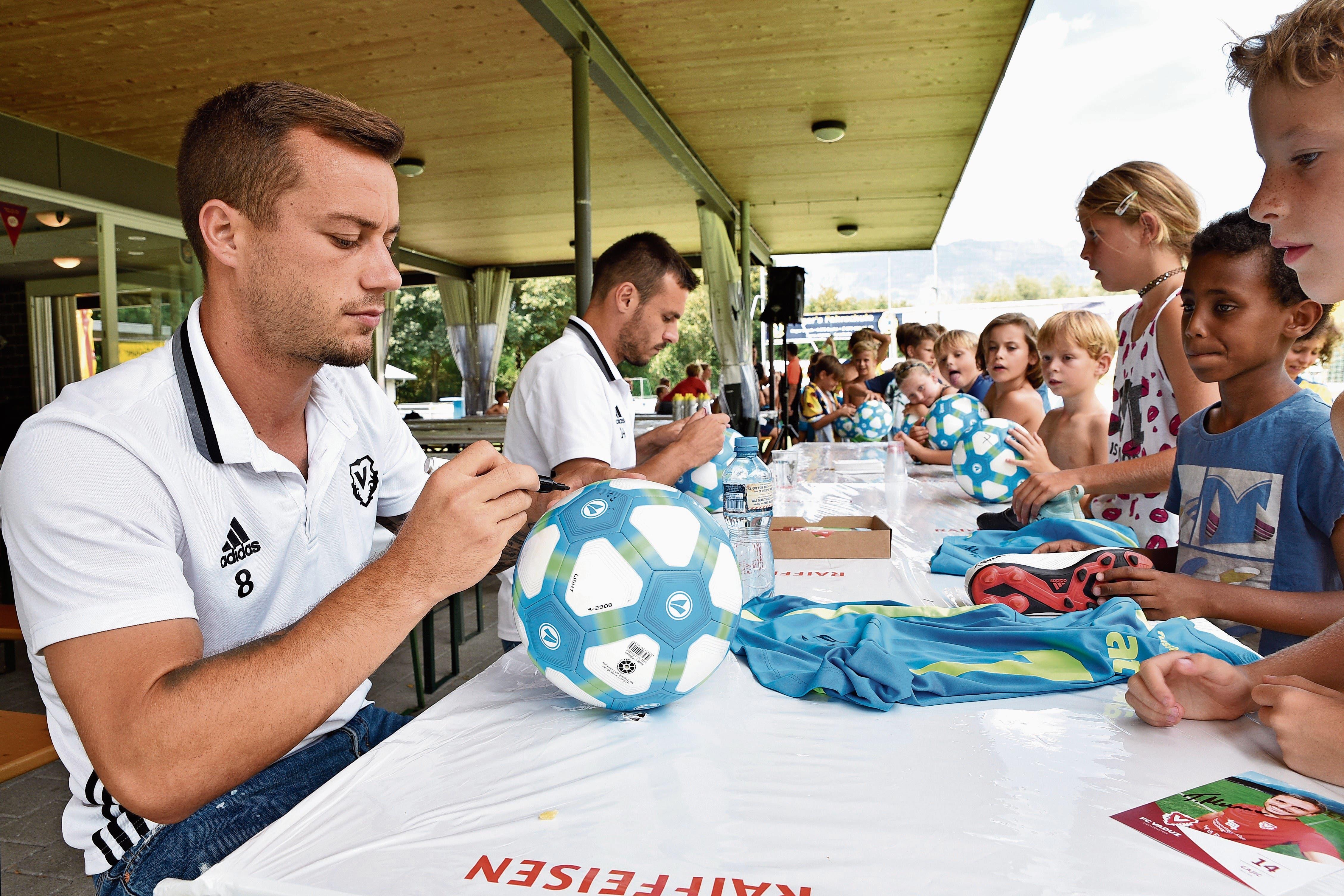 Gabriel Lüchinger (vorne) und Milan Gajic, zwei Mittelfeldspieler des FC Vaduz, weilten am Mittwochmittag für eine Autogrammstunde beim Werdenberger Fussballcamp in Buchs. (Bild: Heini Schwendener)