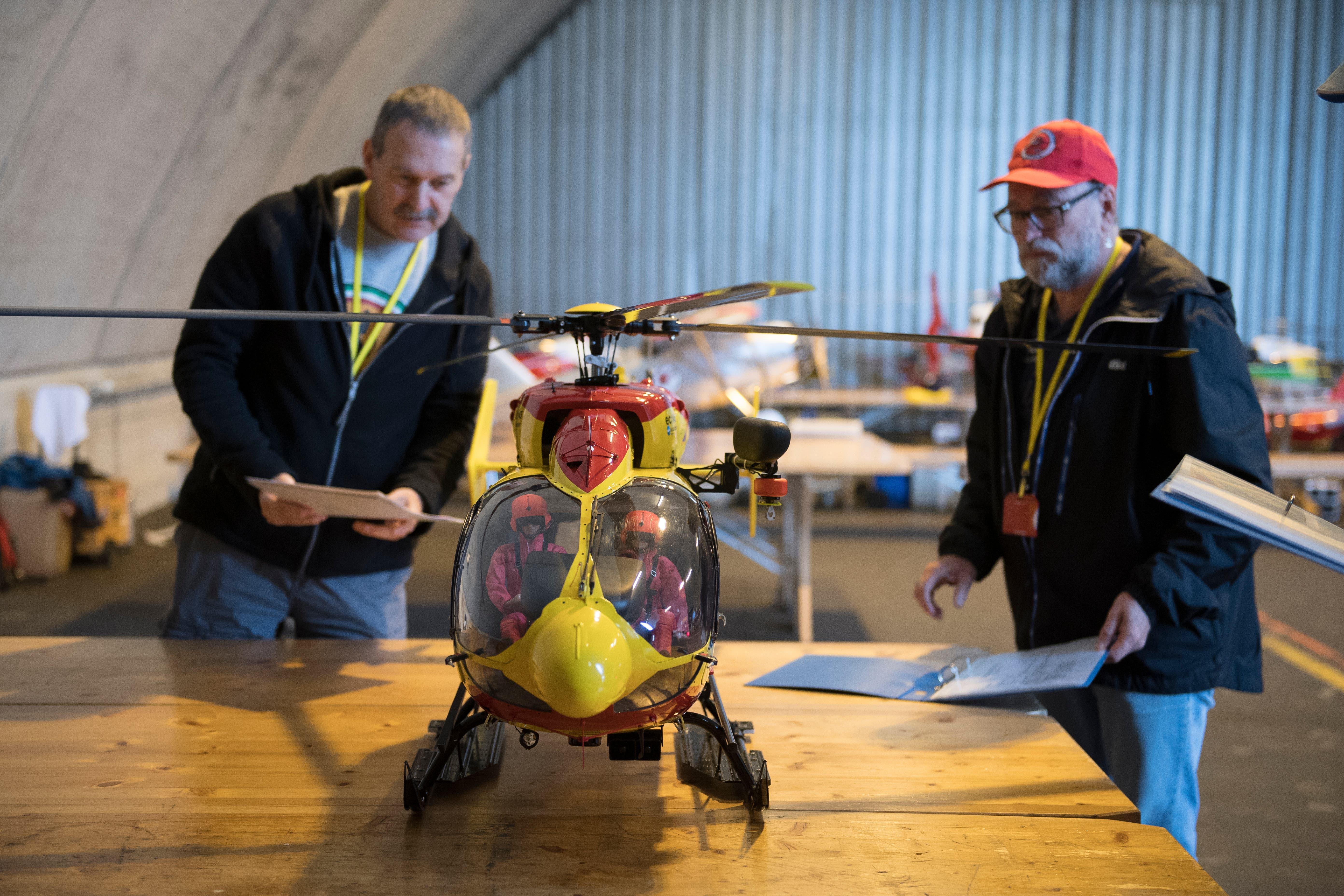 Schweizer Meisterschaft der Modellflugpiloten beim Flugplatz Alpnach. Im Bild die Richter links Steve Giacomini und Urs Gander. Corinne Glanzmann (Alpnach, 01. September 2018)