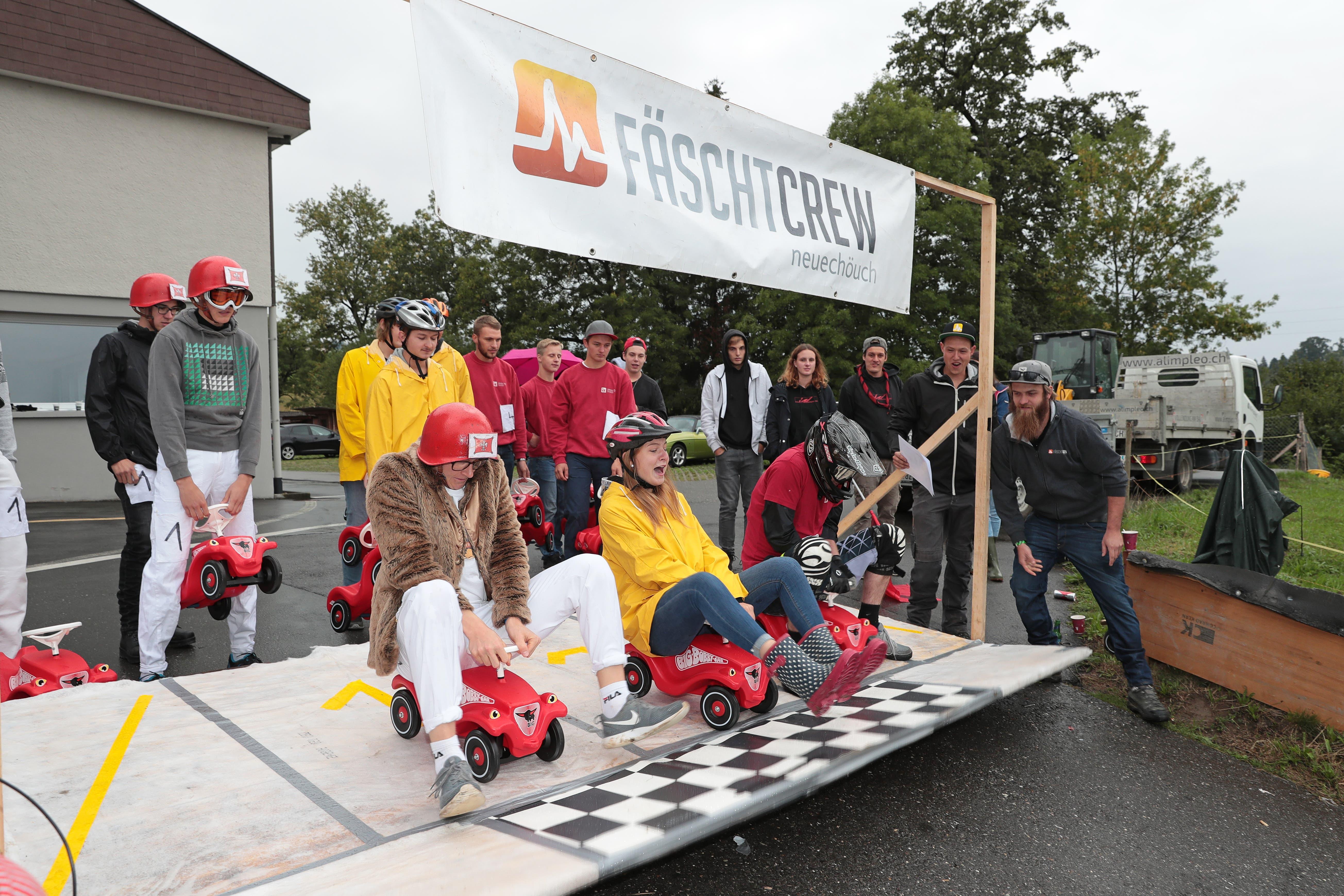 Das Bobbycar Rennen 2018 aufgenommen am Samstag den 1. September 2018 in Neuenkirch.Der Start1 Corööners (links), 8 Schnägge Team, 4 Chrampfsieche.(Bild: Roger Zbinden, freier Fotograf (Neuenkirch, 1. September 2018))