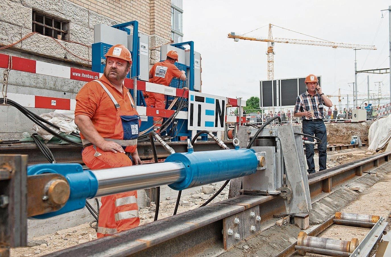 Die legendäre Verschiebung der Maschinenfabrik Oerlikon MFO im Jahr 2012: Firmeninhaber Rolf Iten (unten rechts) und Mitarbeiter Gottlieb Heinrich besprechen die Vorgehensweise. (Bild: PD)