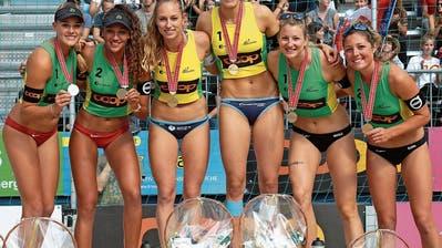 Nina Betschart (Dritte von links) und Nicole Eiholzer (Zweite von rechts) strahlen um die Wette. (Bild: PD)