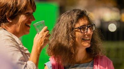 Ein Gast und VBdK-Projektleiterin Ana Witzig (rechts) am Jubiläumsapéro im Botanischen Garten. (Bild: PD)