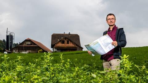 Stefan Moser (57) vermittelt beim Hochwasserschutzprojekt an der Reuss zwischen dem Kanton und Bauern. Hier steht erbei der Liegenschaft Althof, welche als Realersatz zu Verfügung steht. (Bild: Philipp Schmidli (Ebikon, 7. September 2018))