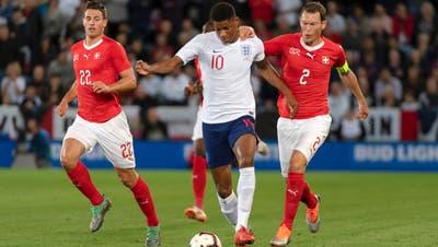 Der Schweizer Captain Stephan Lichsteiner kommt einen Schritt zu spät: In der 54. Minute geht England durch Marcus Rashford (Mitte) 1:0 in Führung. (Bild: Keystone)