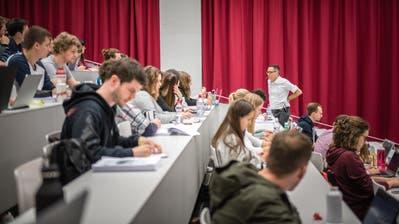 Studenten an derUni Luzern. (Bild: RogerGrütter)