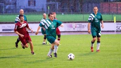 Eine Szene aus dem letztjährigen Derby: Alt Gemeinderat Hermann Lei ist im Frauenfelder Regen am Ball. (Bild: Andreas Taverner)