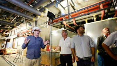 Gesamtprojektleiter Roman Schläpfer erklärt den Verein für Geothermie Thurgau die Energiezentrale im zweiten Untergeschoss des neuen Spitals. (Bild: Donato Caspari)