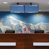 Der Check-In-Desk von Skywork auf dem Flughafen Bern-Belp. Bild: Anthony Anex/Keystone (30. August 2018)