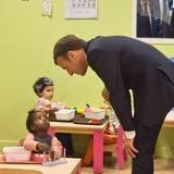 Präsident Macron besucht eine Kindertagesstätte in Gennevilliers nahe bei Paris. Bild: Michel Euler/Reuters (17. Oktober 2017)