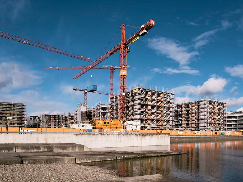 Die Schweizer Wirtschaft läuft dieses Jahr wie geschmiert. Im kommenden Jahr dürfte sich die Konjunktur laut den BAK-Ökonomen allerdings wieder abkühlen. So neigt der Bauboom dem Ende zu. (Bild: KEYSTONE/CHRISTIAN BEUTLER)