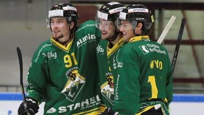 Michael Loosli, Simon Seiler und der neue Amerikaner Cody Wydo(von links) wollen mit dem HC Thurgau möglichst nahtlos an die erfolgreiche, vergangene Saison anknüpfen. (Bild: Mario Gaccioli)