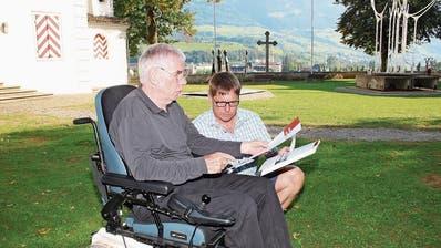 Schang Hutter betrachtet mit Sohn David die Flugblätter. (Bild: Marion Wannemacher, Sarnen, 11. September 2018)