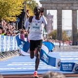 epa07024282 Winner Kenyan long distance runner Eliud Kipchoge finishes the race in the Berlin Marathon, in Berlin, Germany, 16 September 2018. Over 44,000 athletes have taken the start on the 45th edition of the Berlin Marathon in the German capital.  EPA/HAYOUNG JEON