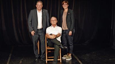 Theaterpräsident Fritz Brechbühl mit zwei Gratulanten: Stadtpräsident Thomas Niederberger und Regierungsrätin Monika Knill. (Bild: Leandra Reiser)