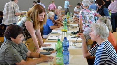Gemeinderäte, hier stehend Isabelle Denzler, zeigen sich am Mittagstisch als Ansprechpersonen für Anliegen aller Art. (Bilder: Christoph Heer)