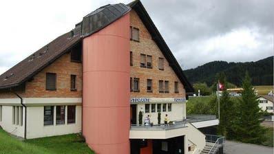 Die Asylunterkunft «Biberhof» in Biberbrugg. (Bild: Nadine Annen)