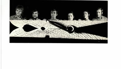 Das Chyybääderli-Ensemble und die engagierten Musiker führten in der Saison 1970/71 die Eigenproduktion «Eppis chlämmt» auf. (Bild: Archiv Urner Zeitung)