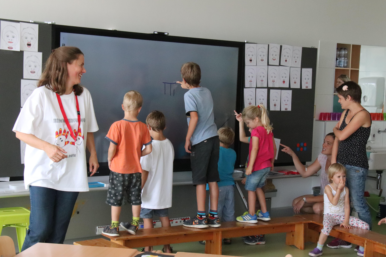 Die Kinder sind fasziniert von der digitalen Wandtafel. (Bild: Barbara Hettich)