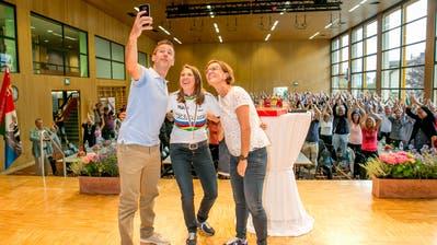 Gehört einfach dazu heute: Ein Selfie mit dem vollen Saal im Hintergrund. (Bild:André A.Niederberger (Ennetbürgen, 16.Sept. 2018))