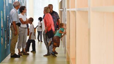 Besucher begutachten das neue Schulhaus. (Bild: Donato Caspari)