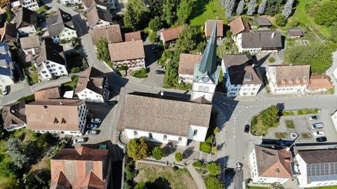 Die evangelische Kirche ist das dominierende Bauwerk im historischen Dorfzentrum Sulgens. (Bild: Donato Caspari)